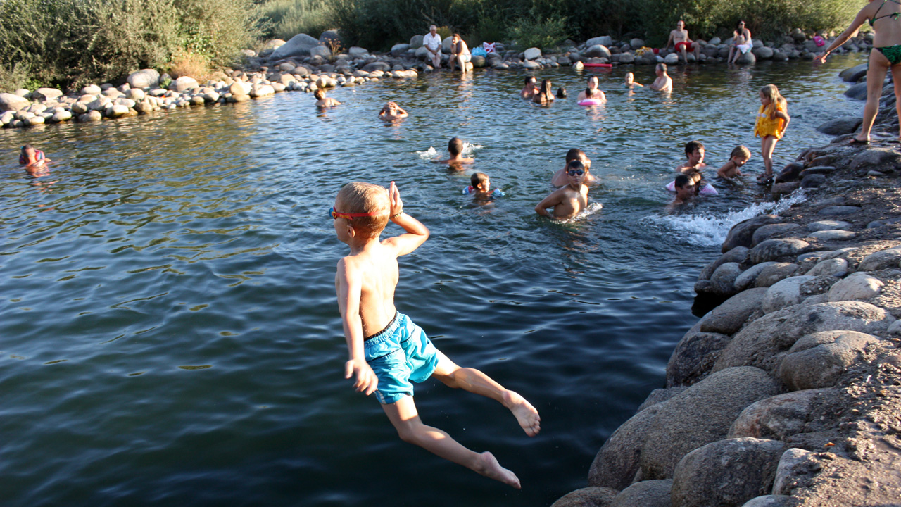 Niño saltando a una de las piscinas naturales del Valle del Ambroz. Fotografía cedida por DIVA.