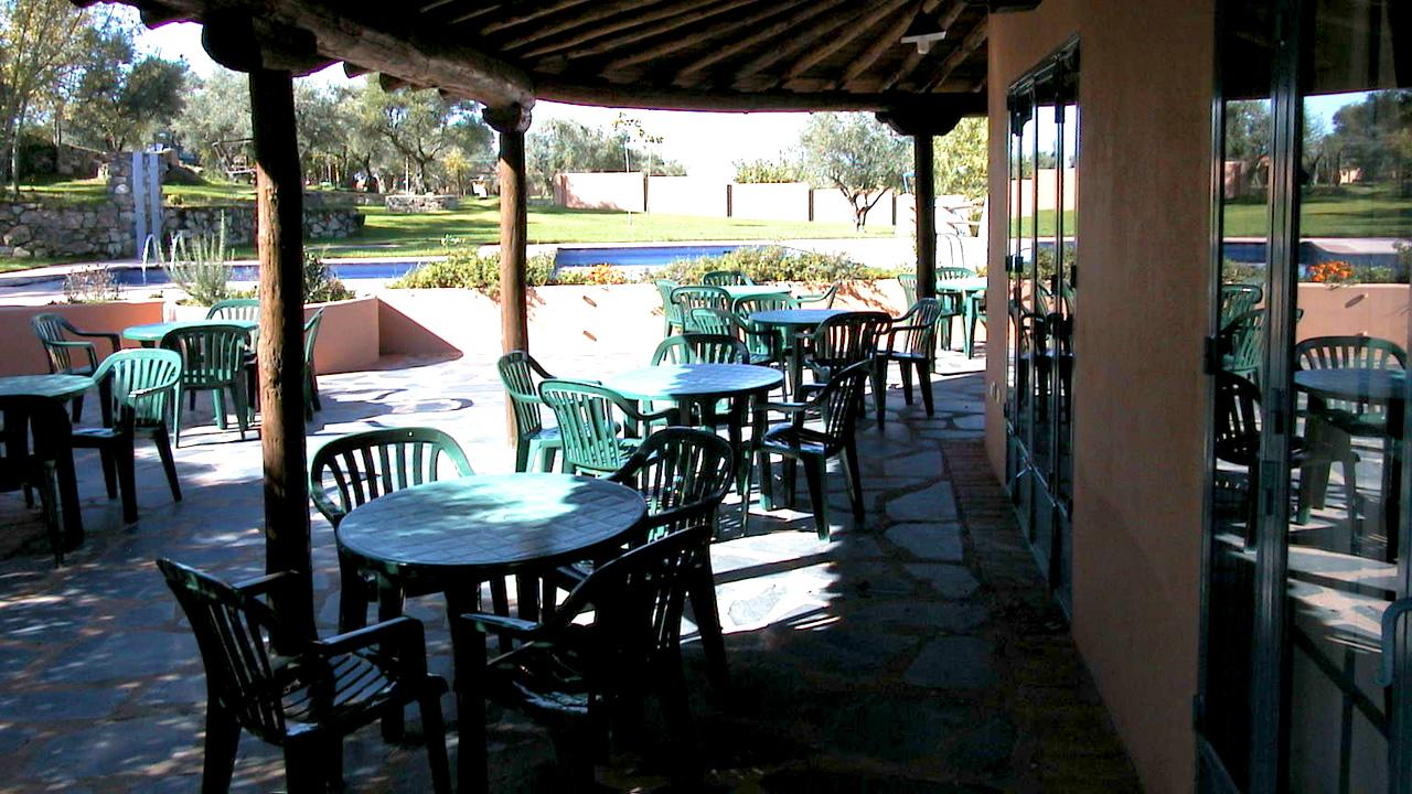 Terraza junto a la piscina